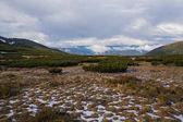 zasněžené údolí a zamračená obloha