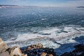 Fotografia fiume ghiacciato in inverno