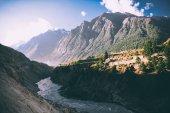 Fényképek gyönyörű hegyi folyó völgyében és a fenséges hegyek indiai Himalája