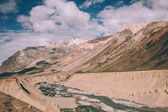 Photo beautiful landscape with mountain river in valley in Indian Himalayas, Ladakh region