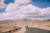 Fotografie dva motocyklisté na horské silnici v indickém Himálaji, oblasti Ladakh