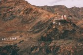 Photo beautiful rocky mountains with traditional architecture in Indian Himalayas, Ladakh region