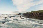 krásný vodopád Krajina s tekoucím proudem na Islandu