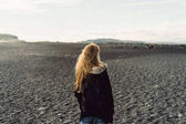 Photo back view of young woman looking at beautiful wild icelandic landscape