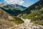 Fußweg durch Wiesen und Hügel im Hintergrund, ala archa Nationalpark, Kyrgyzstan