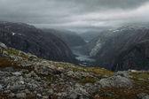 kilátás a lejtőn, a kövek, és sziklák és folyó a háttérben, Norvégia, Hardangervidda Nemzeti Park