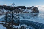 Fagyasztott téli tó festői hegyek, Oroszország, a Bajkál-tó