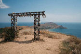 Photo Beautiful landscape with decorative arch in Crimean mountains and Black sea, Ukraine, May 2013