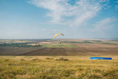 Photo Parachutists gliding in blue sky over scenic landscape of Crimea, Ukraine, May 2013