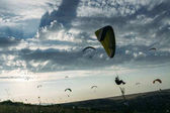 Fotografie Hornatá krajina s parašutisty, letící na obloze, Krym, Ukrajina, květen 2013