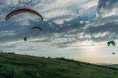 Hornatá krajina s parašutisty, letící na obloze, Krym, Ukrajina, květen 2013