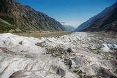zasněžené údolí