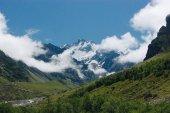 atemberaubende Aussicht auf schneebedeckte Berglandschaft, Russische Föderation, Kaukasus, Juli 2012