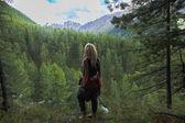 zadní pohled na ženy při pohledu na hory, Altaj, Rusko