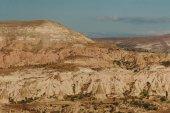 Fotografie Horská krajina s pohádkové komíny v Goreme národního parku, Kappadokie, Turecko