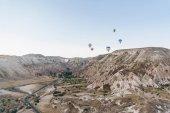 Berglandschaft mit Heißluftballons, Kappadokien, Türkei
