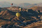 Fotografia Aerostati di aria calda che volano nel Parco nazionale di Goreme, camini di fata, Cappadocia, Turchia