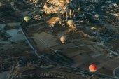 Fotografie Horkovzdušné balóny festival v Goreme národního parku, pohádkové komíny Kappadokie, Turecko