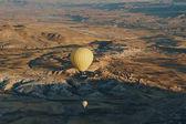 Photo Hot air balloons festival in Goreme national park, fairy chimneys, Cappadocia, Turkey