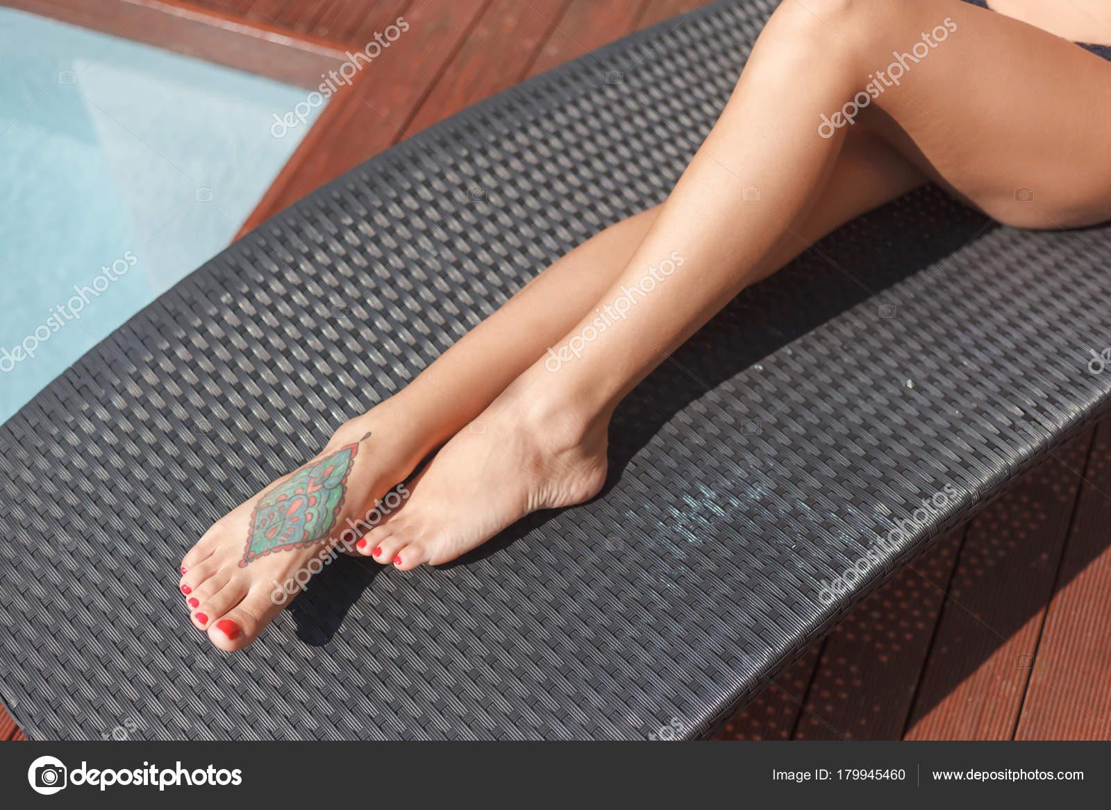 Recortar Foto Mujer Con Tatuaje Pie Salón Sol Fotos De Stock