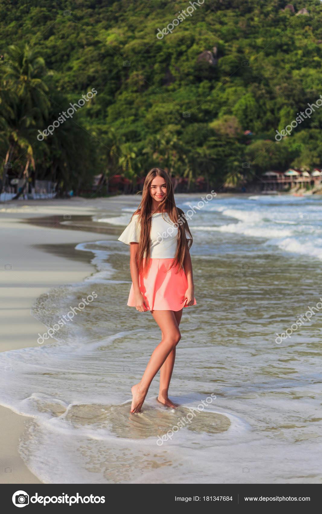 Девушки позируют на пляже