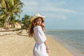 vonzó lány séta az óceán trópusi homokos tengerparton