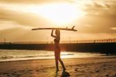 nő a naplemente szörf fejét a resort pózol