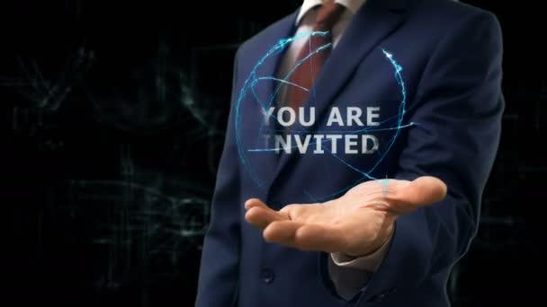 Üzletember látható hologram koncepció meghívást a kezét