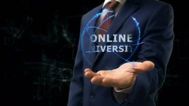 Podnikatel ukazuje koncept hologram Online univerzity na ruce