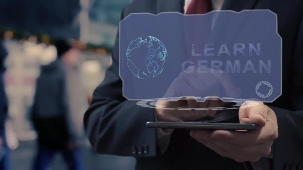 Geschäftsmann benutzt Hologramm, um Deutsch zu lernen