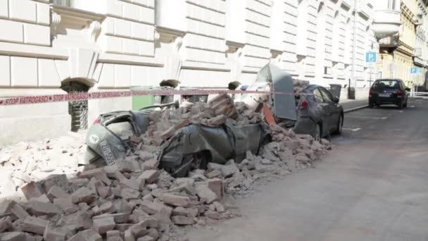 Zagreb, Kroatien - 22. März 2020: Am Morgen wurde die Hauptstadt Kroatiens, Zagreb, von der Stärke des Erdbebens 5,5 pro Richter getroffen. Autos wurden durch umgestürzte Gebäudeteile zerstört.