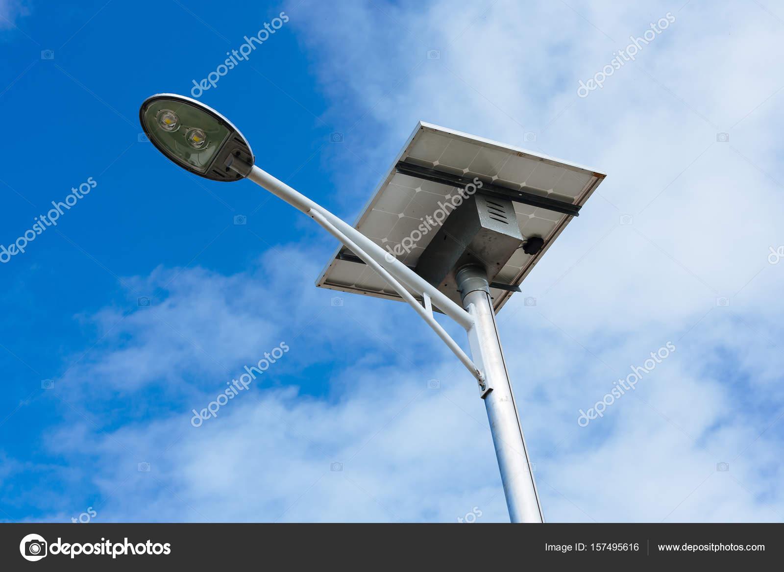 Palo illuminazione pubblica alimentato da energia solare u2014 foto