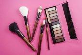 Fotografie Sada barevné kosmetiky na růžovém pozadí