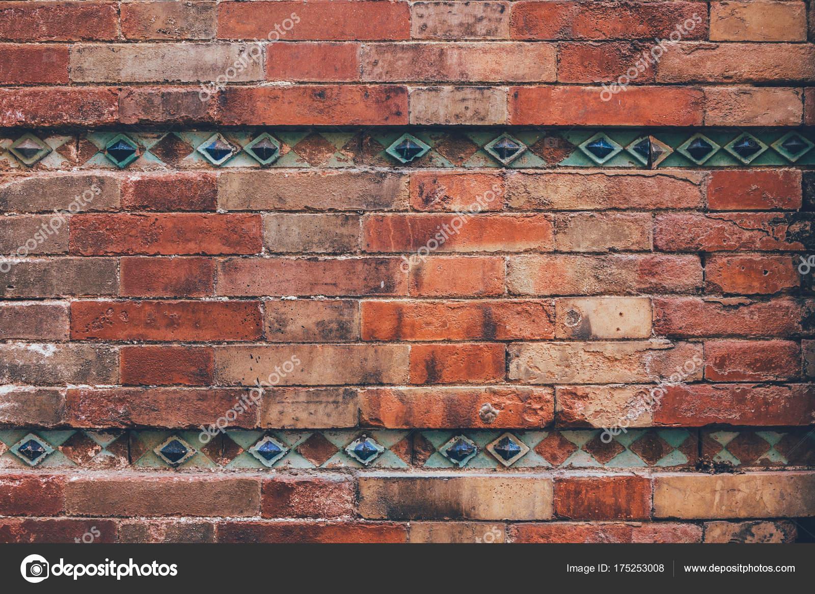 Muro mattoni invecchiato decorata con piastrelle blu sfondo u2014 foto