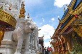 gyönyörű díszített hindu szobrok thai templomban