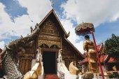 Fotografie dřevěné chrámovými s tradičními hinduistických plastiky