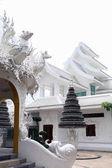 gyönyörű fehér thai hindu templomban napsütéses napon