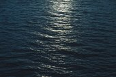 Photo beautiful sea surface with moonlight reflection