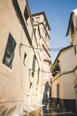 Fotografie low angle view of narrow street, spain