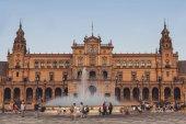 Pohled na Španělsko náměstí s radnicí a kašnou pod modrou oblohou, Sevilla