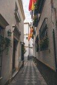 Nézd spanyol zászlókkal keskeny utca