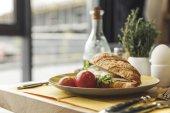 Detailní pohled sendvič pro chutnou zdravou snídani na stole