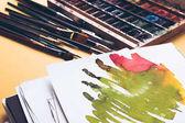Fotografie Nahaufnahme von abstrakten Aquarell Zeichnung, Farben und Pinsel an Designer Arbeitsplatz