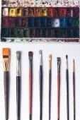 Fotografie Draufsicht der wohlgeordnete Pinsel und Aquarell malt an Designer Arbeitsplatz