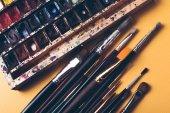 Fotografie Draufsicht der Pinsel und Aquarell malt an Designer Arbeitsplatz