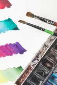 Nahaufnahme der bunte Aquarell Striche zeichnen Album, Farben und Pinsel