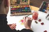 Fotografie Schuss der Künstler Zeichnung abstrakten Malerei am Arbeitsplatz zugeschnitten