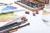 Fotografie Nahaufnahme der Farben, Pinsel und Wasserfarben Skizzen an Designer Arbeitsplatz
