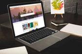 kiadványról tervező munkahely-val jegyzetfüzet és laptop-val shutterstock honlapján a képernyőn