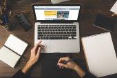vágott a Designer, grafikus tábla és laptop használata szállásfoglalási website-ra képernyő szemcsésedik